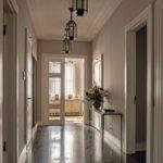 Penthouse-Innenausbau von JBW: Die innenliegende Eingangshalle mit klassischen Elementen wie Natursteinboden und profilierter Decke erschließt die an den Fenstern liegende Räume Fotos: Nick Strauss