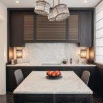 Berliner Penthouse-Innenausbau von JBW: Weißer Marmor als Arbeitsflächen an der Wand und am mittigen Arbeitstisch Fotos: Nick Strauss
