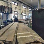 Mooreichenfurnier, aufgekauft aus Beständen aus den 70er-Jahren, wurde in den Werkstätten in Forstern handwerklich verarbeitet Foto: Holzrausch