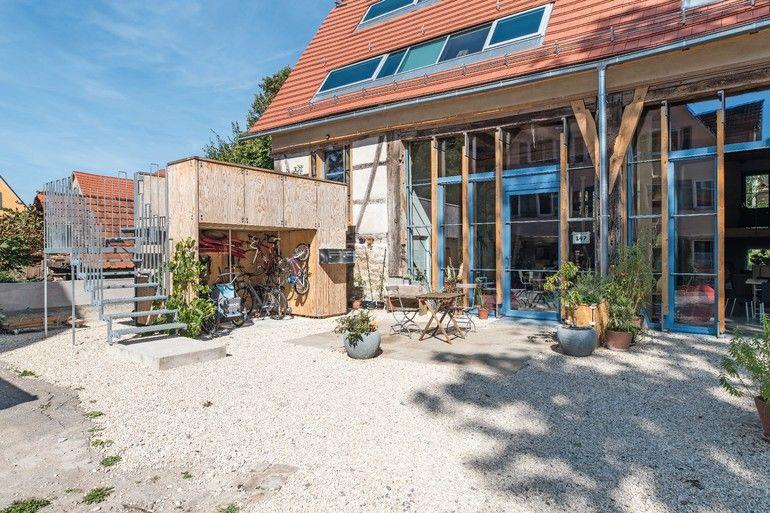 Sanierung eines Baudenkmals: Einst Scheune, heute Wohngebäude auf KFW-Denkmal-Niveau. Der Vorplatz bietet sich als sozialer Treffpunkts für alle Bewohner an Foto:Johannes-Maria Schlorke