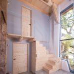 Sanierung eines Baudenkmals: Die grau gestrichene Seitenwand stellt die sanierte Gebäude-Konstruktion in den Mittelpunkt der Betrachtung Foto: Johannes-Maria Schlorke