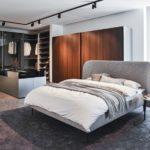 Stilistisch wechselt der neue Showroom zwischen minimalistischer Strenge und luxuriöser Eleganz Foto: Kettnaker, Ingo Rack