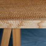Holz bewegt 2021: Die Sitzbank aus geölter Esche zeigt Einkerbungen, die mit einem Kugelmeißel aus dem Holz geschnitten sind. Das Aufsatzwerkzeug für Winkelschleifer erzeugt konkave Flächen, die ein zufälliges Muster ergeben. Wie zufällig wirkt auch die Anordnung der Brettabschnitte als Fußgestell der Bank!Jens-Christian Franzen, Möbeldesigner, Hamburg-Ottensen Fotos: Lena Jürgensen