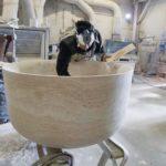Aus großen Travertinblöcken fertigte das Team von Steinmetz Vaselli die Wanne und die Waschtische, aber auch Wandbeläge Foto: Holzrausch