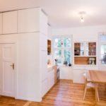 Tischlerei Fri Möbel und Häuser: Die kleine Wohnung aus den 1930er-Jahren in Prenzlauer Berg wurde fast komplett entkernt, um den ehemals engen Grundriss mit seinen einzelnen Zimmern in einen zeitgemäßen Wohnraum für eine vierköpfige Familie zu verwandeln. Das Ergebnis ist ein großzügig fließender Raum mit Fenstern auf beiden Seiten. Optisch geben Nadelholz und Weiß den Ton an. Die in der Höhe gestuften Küchenmöbel kombinieren weiß beschichtete Multiplexplatte mit Lärche. Der Korpus zwischen Herd und Spüle vermittelt zwischen den 60er-Modulmaßen.