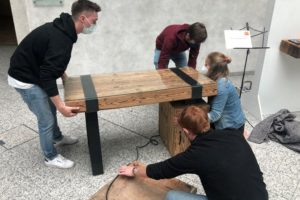 Lehrlingewettbewerb »DigitalRustikal« Rheinland-Pflaz: Der Nachwuchs baut seine Ausstellungsstücke auf Foto: Fachverband Leben Raum Gestaltung Hessen/Rheinland-Pfalz