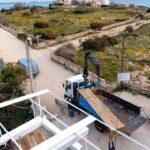Möbelbau auf Mallorca: Großes Gerät für große Möbel – Lieferung eines Gastrotisches mit 5,60 m Länge, beim Traumstrand Es Trenc Foto: Tina Winterhager