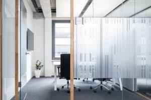 Holz ersetzt Aluminiumprofile bei der Glastrennwand »Life Nature« von Lindner Foto: Lindner Group KG