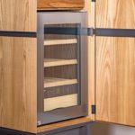 Hochbeiniger Weinschrank mit integriertem Weinkühlschrank