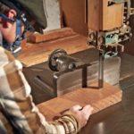 Möbelbau auf Mallorca: Ein Herzstück der Tischlerei ist die robuste Bandsäge mit nahezu 70 cm Schnitthöhe, mit der die Winterhagers nicht nur Balken zu Tischbohlen auftrennen, sondern Möbeln auch eine ganz eigene Oberflächenstruktur verleihen Foto: Oliver Brenneisen