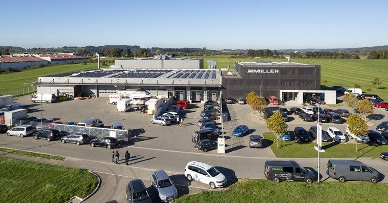 Der Miller-Standort in Leutkirch im Landkreis Ravensburg mit dem 3500 m² großen Ausstellungszentrum Foto: Miller