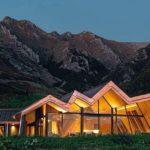Inmitten unberührter Landschaft: Die Mt. Isthus Lodge reflektiert mit ihrer expressiven Formensprache das Alpenpanorama Foto: Hamberger Flooring GmbH & Co.KG/HARO