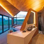 Um die polygonale Raumkubatur wirken zu lassen, wurden die Bäder nur mit halbhohen Wänden vom Schlafbereich abgetrennt Foto: Hamberger Flooring GmbH & Co.KG/HARO