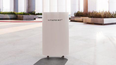 Der Luftreiniger Vitapoint 3000 von Nestro reduziert das Infektionsrisiko mit SARS-Cov-2, indem er gesundheitsschädliche Stoffe wie Viren, Aerosole, Pollen und Feinstaub zu 99,995 % aus der Luft filtert