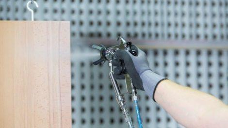 Das Praxis-Seminar »Fachausbildung für die Möbellackierung« vermittelt die Grundlagen für die professionelle Oberflächenbeschichtung mit verschiedenen Applikationstechniken Foto: Remmers Gruppe AG