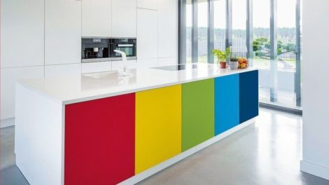 Bright_kitchen_area_with_kitchen_island