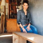 Möbelbau auf Mallorca: Tina Winterhager auf einer Bank aus Kastanienholz Foto: Tina Winterhager