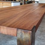 Möbelbau auf Mallorca: Bläuen als Schutz: Die Tischbeine aus Stahl werden mit Ölschichten behandelt, die eingebrannt werden Foto: Tina Winterhager