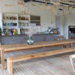 Möbelbau auf Mallorca: Strandrestaurant mit Tisch und Bank in 560 cm Länge – jede Dimension ist für die Winterhagers umsetzbar Foto: Tina Winterhager
