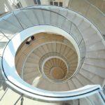 Treppe-mit-gebogenem-Glas.jpg