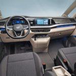 VW T7 Multivan: Das DSG-Getriebe wird mit einem kleinen Hebel rechts neben dem Lenkrad bedient. Eine elektronische Parkbremse im Instrumententräger schafft Platz für eine Mittelkonsole Fotos: Volkswagen