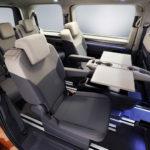 VW T7 Multivan: Die Mittelkonsole mutiert im Fond zum multifunktionalen Tisch Fotos: Volkswagen