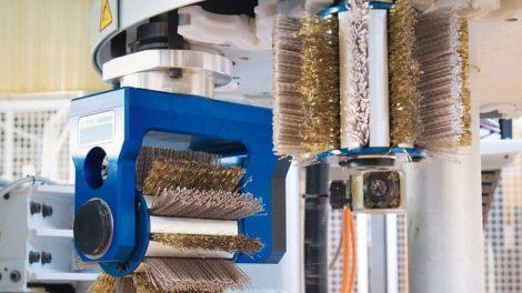 Spezialschleifmittel von Arminius: Metalldraht- und Schleifkornborsten werden bei Arminius gemischt Foto: Arminius-Schleifmittel GmbH