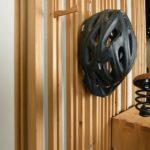 Gestaltete Gesellenstücke Baden-Württemberg 2020: Die Idee, ein Fahrrad platzsparend aufzuhängen, wurde hier mit ausklappbaren Haken für Kleidung und Helm sowie einem Schubkasten konzeptionell zu einer Garderobe erweitert. Mithilfe eines umgebauten Vertikalschiebetürbeschlags in dem wandhängenden Korpus lässt sich das vorgesetzte Gehäuse mit dem Schubkasten samt aufliegendem Fahrrad in der Höhe verstellen: Über einen Bowdenzug und einen Hebel am Unterboden wird die Verriegelung in einer Lochleiste betätigt. Gegengewichte im Wandkorpus erleichtern die Bedienung. Das Rad ist auf dem Schubkastengehäuse mit einer breiten Lederlasche fixiert. Jakob Wolfer, Schreinerei Staege, 74544 Michelbach. Ausgezeichnet mit dem Detailpreis 2020. Fotos: Markus Dollenbacher