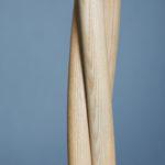 Holz bewegt 2021: Die 188 cm hohe Garderobe bildet ihre ästhetische und funktionale Gestalt aus drei Rundstäben: Das Eschenholz ist über Dampf gebogen und mittels einer Hilfskonstruktion zu einer bewegten Skulptur verwunden. Die Oberfläche des Holzes ist geseift. Felix Zintel, Tischlergeselle und Architekturstudent, Braunschweig Fotos: Lena Jürgensen