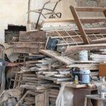 Ein Jahr nach der Explosion bleibt ein mannshoher Haufen zerstörter Bauelemente aus Beirut übrig - sie dienten als Schablonen Foto: Erol Gurian