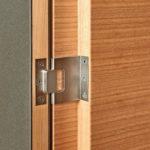 Das Büromöbel in Kirschbaum und Linoleum greift mit der Frontgestaltung das Motiv kreuzender eingelegter Adern auf, die sich in den Vierkantprofilen des matten Gestells aus Edelstahl fortsetzen. Eine Idee mit Vorbildern, die hier konsequent umgesetzt worden ist: Die eingelegten Adern sind leicht erhaben und entsprechen in der Breite den Stahlprofilen. Durch einen zurückspringenden Innenkorpus schlagen die Türen flächenbündig ein. Die Inneneinteilung ist klar gegliedert und in der Dimension zurückgenommen. Schubkästen sind elegant an zurückgesetzten Laufböden hängend geführt. Maximilian Finsterwald, Schreinerei Josef Bichler, 83137 Schonstett. Belobigung Gute Form Bayern 2020 Fotos: Studio Pfleiderer für dds