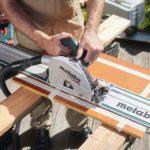 Die klassischen Aufgabe einer Tauchsäge – die Tauchschnitte. Hier die Anwendung mit der KT 66 LTX bei filmbeschichteten Birkoplexplatten Fotos: Sven Falk für dds