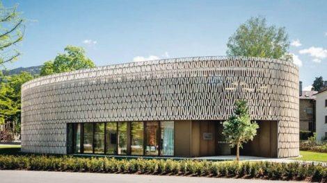 Die Optik von Buchrücken in Regalen prägt die Fassade der Bücherei Dornbirn